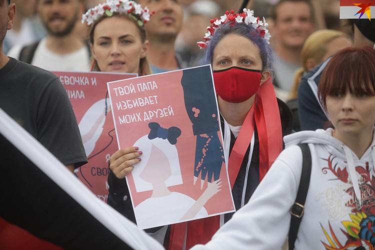 Многие протестующие пришли на акцию с плакатами.