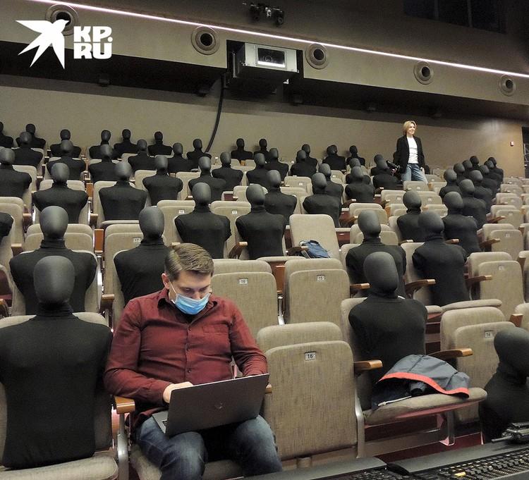 В зрительном зале театра.