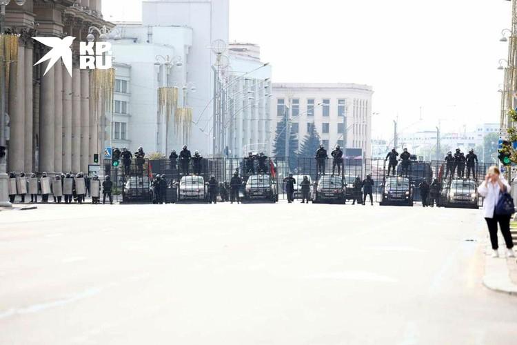 В центр Минска стянули спецтехнику и автозаки