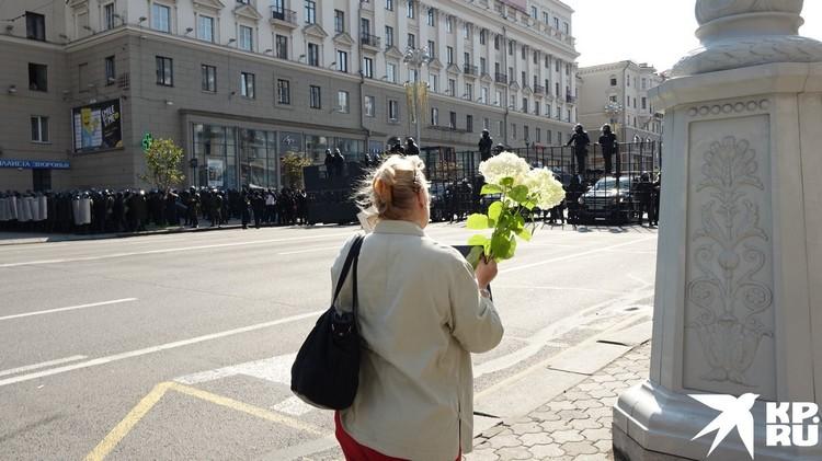 """Митингующие несли Лукашенок """"подарки"""" на день рождения."""