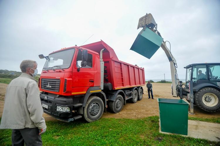 За счет РРПК на берегу поставили шесть новых мусорных контейнеров