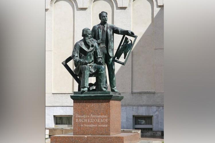 В 1992 году в Кирове установили памятник художникам. Фото: kirov-artmuzeum.ru