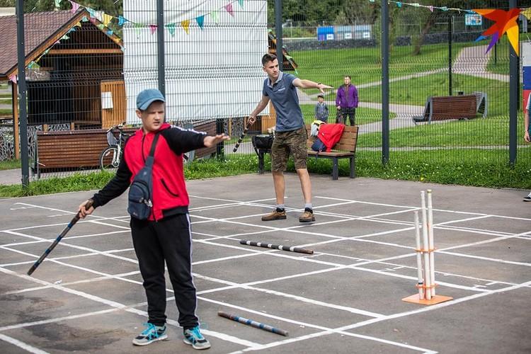 Городки хороши тем, что правила легко упрощаются под возраст и навыки игрока: ребятам младшего возраста разрешают становиться поближе