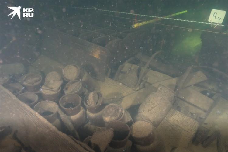 Свое название корабль получил из-за того, что исследователи нашли на борту сотни бутылок из-под джина и аромамасел. Фото: ЦПИ РГО