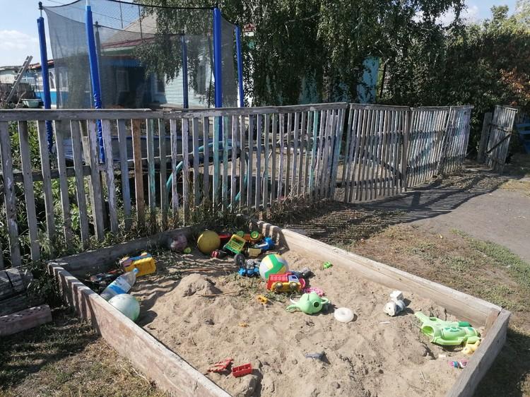 Перед домой Михайловы даже соорудили песочницу для ребятишек. Правда, отлучаться оттуда в соседние дворы детям было категорически запрещено.