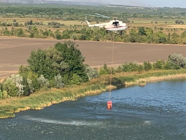 С самого утра вертолеты снова однялись в небо. Фото: ГУ МЧС России по РО.