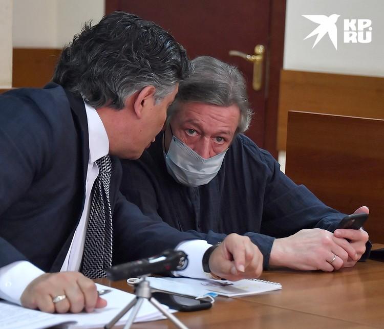 Актер Михаил Ефремов слушает своего адвоката перед началом судебного заседания.