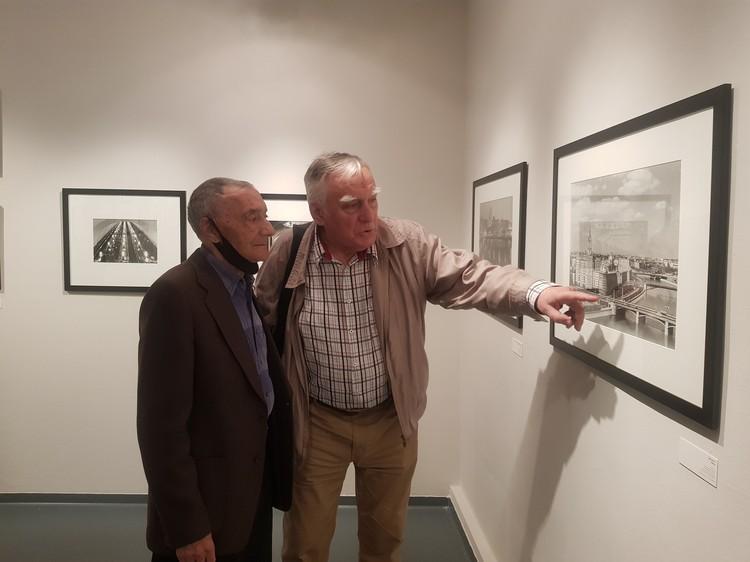 Сын фотографа Григорий Грановский (слева) с фотографом Валерием Христофоровым обсуждают кадр «Три моста».
