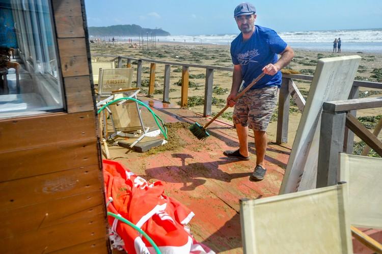 На втором пляже идет генеральная уборка