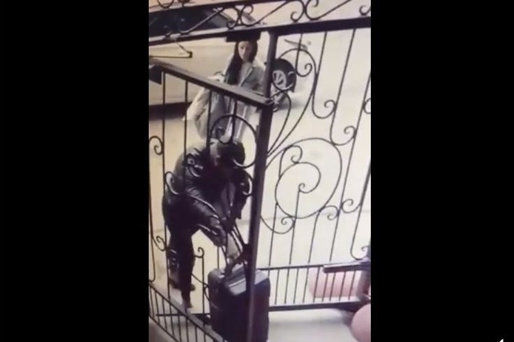 Кадры с камеры наблюдения: Валерий помогает Кате бежать. Фото: ГУ МВД по Новосибирской области