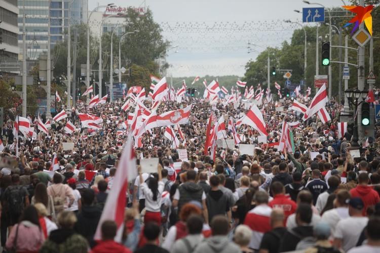Колонны людей с флагами и транспарантами собирались в своих районах и шли в центр города.
