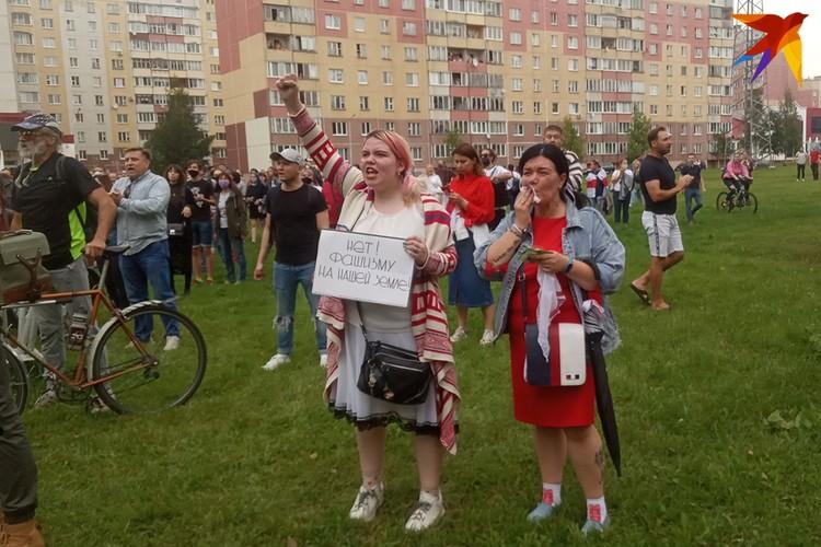 """Девушки кричат """"Нет фашизму!""""."""