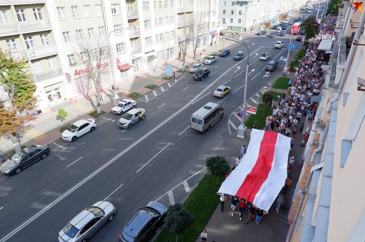 Гомельчане несли огромный бело-красно-белый флаг
