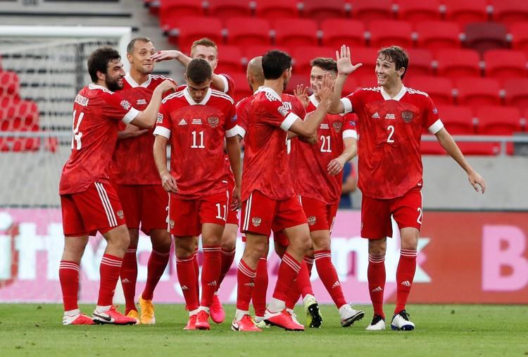 Наши празднуют второй гол в ворота венгров - отличился Кузяев.