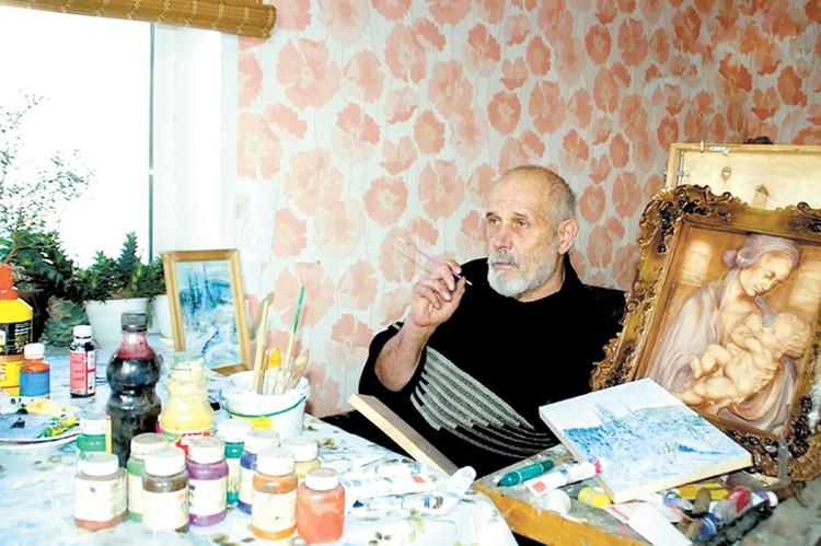 Александр Исаков в мастерской.
