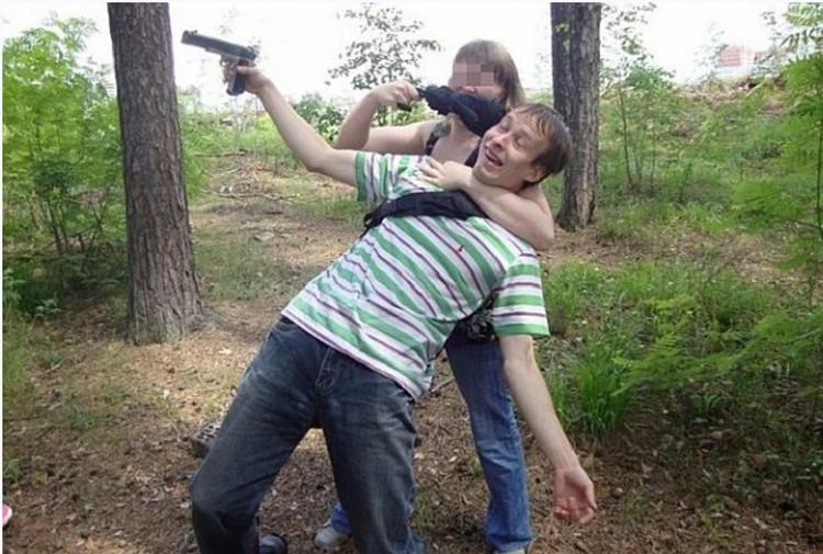 Александров давно коллекционирует оружие. В его арсенале есть пистолет и несколько винтовок. Фото: vk.com