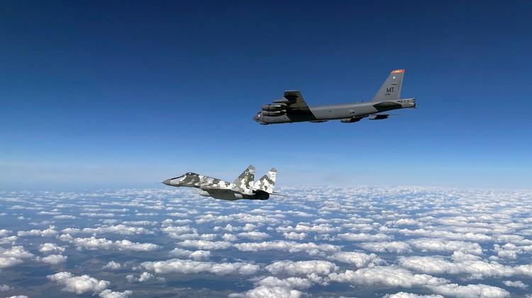 Тут вам и частые маневры во льдах у нашей границы, и провокационные полеты самолетов «на грани фола», и всплытия американских атомных подлодок через полынью.