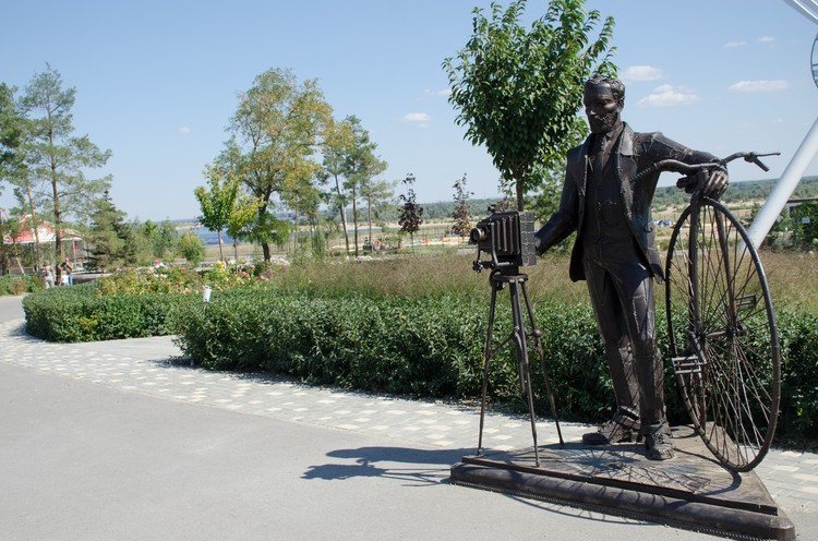 Появляются и новые городские скульптуры.
