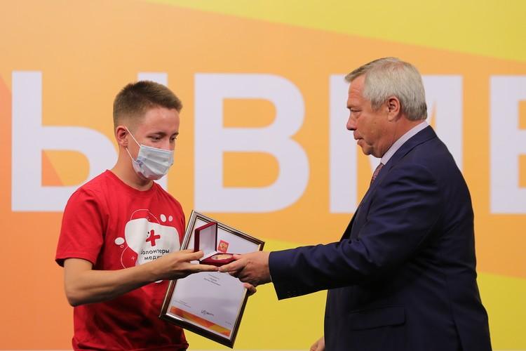 В финале форума самые активные волонтеры были награждены памятными медалями президента РФ. Фото: donland.ru