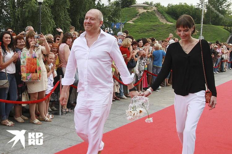 Дмитрий Марьянов с женой Ксенией на красной дорожке Шукшинского фестиваля, 2016 г.