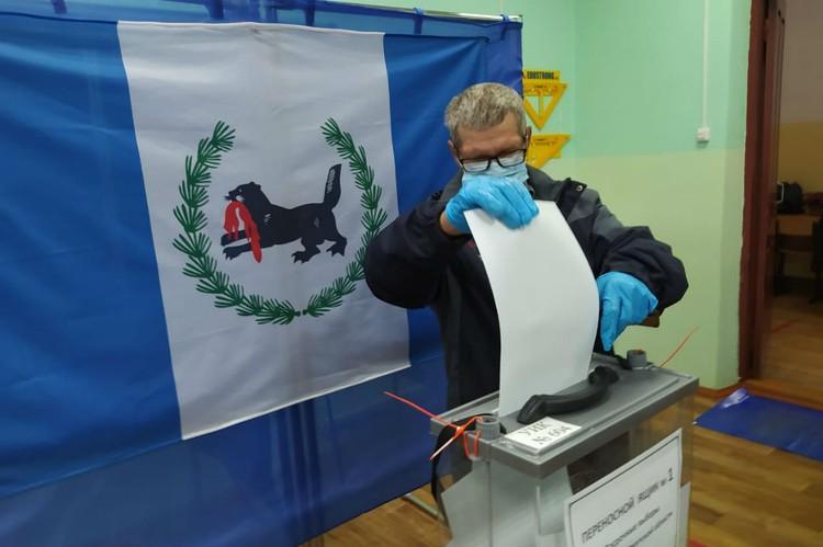 Избиратели идут голосовать с самого утра.