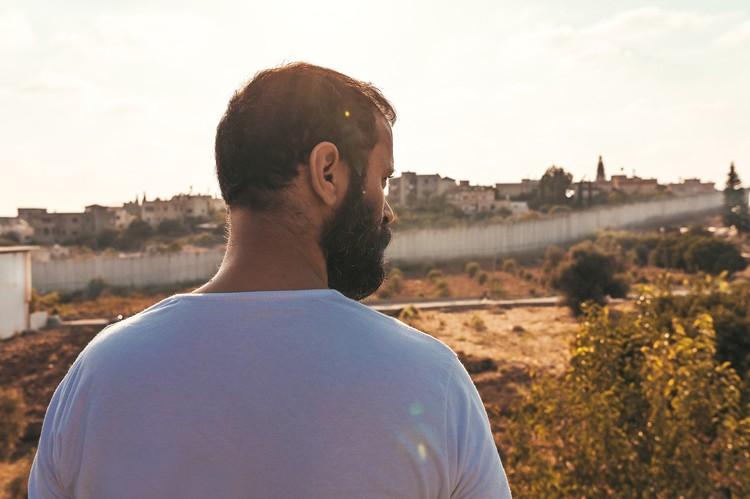"Кадр из картины палестинца Амина Найфеха ""200 метров""."