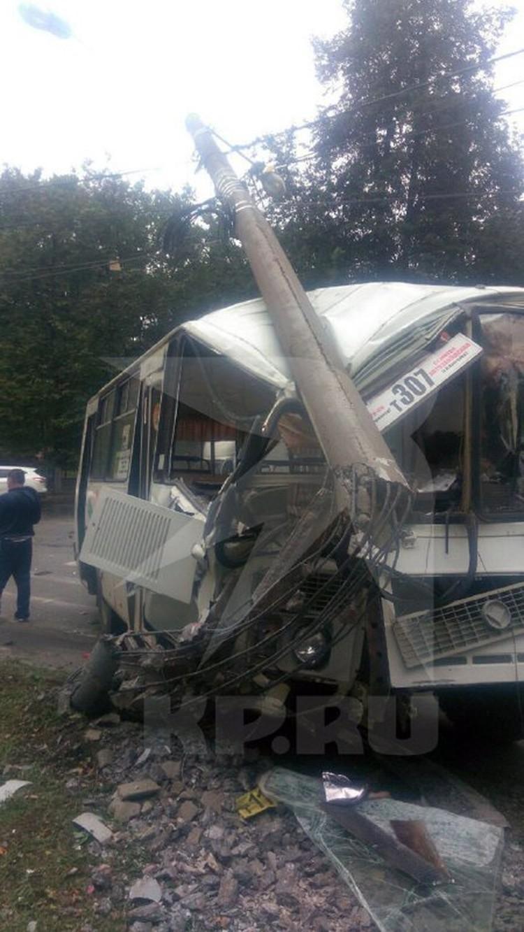 От удара автобус сложился.