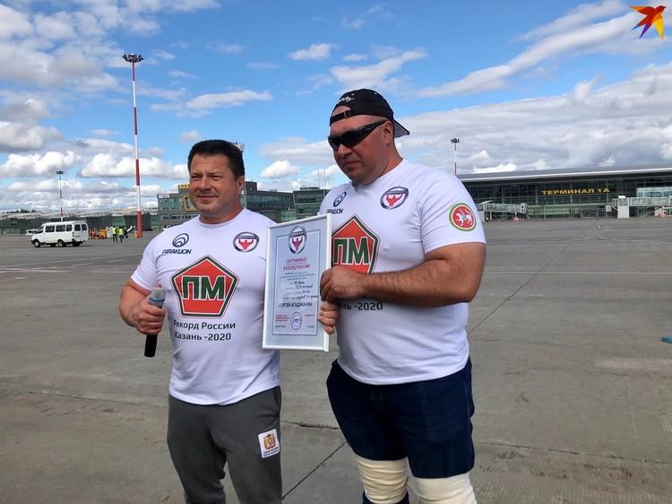 Сергей и его тренер Василий Грищенко с сертификатом об установлении рекорда России.