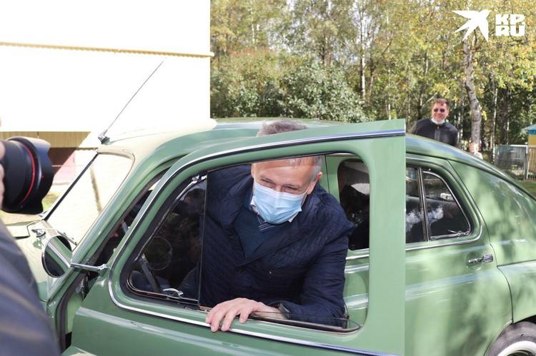 Проголосовав, Дрозденко сел за баранку «Победы» и уехал