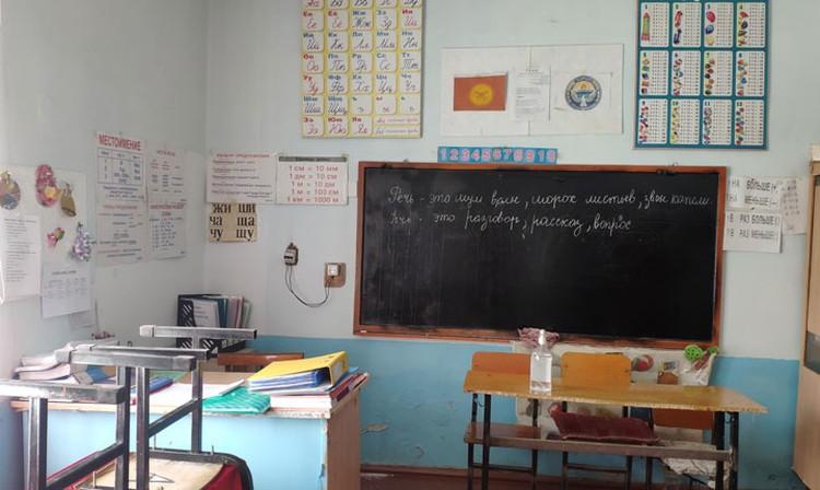 Школьная мебель в классе, как и сам кабинет, оставляет желать лучшего.