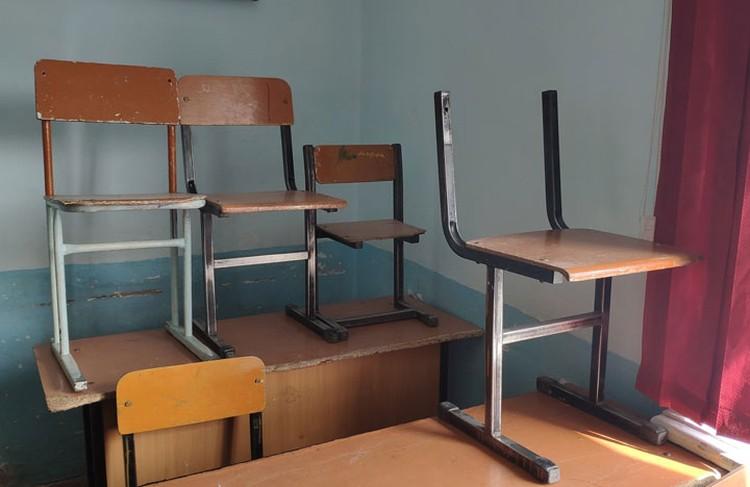 У некоторых стульев даже нет спинок.