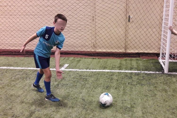 Алеша серьезно занимался футболом до того, как столкнулся с проблемами со здоровьем. Фото: Из семейного архива