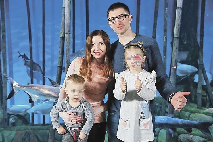 После смерти мужа Екатерина одна растит двоих детей.