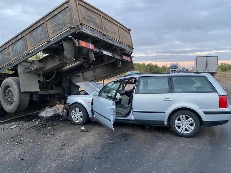 Вторая иномарка врезалась в грузовик, который развернуло на дороге.