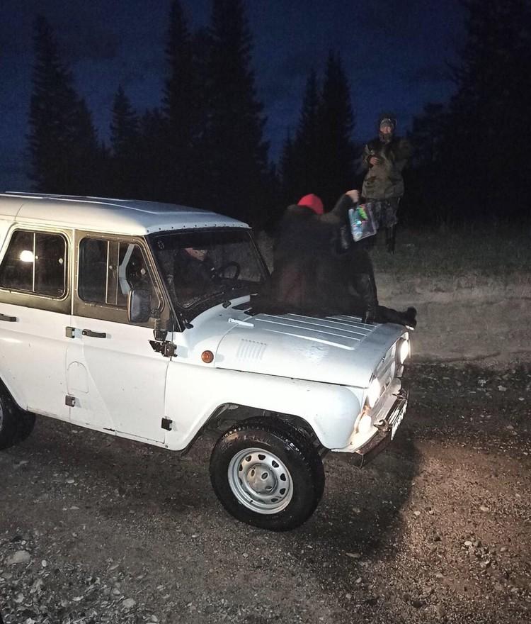 Машину в итоге пришлось тянуть двумя внедорожниками Фото: МВД Тувы