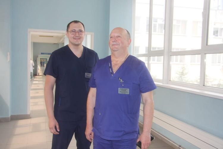 Олег Журавлев (справа в синем) с племянником Геннадием, который работает урологом в той же больнице.