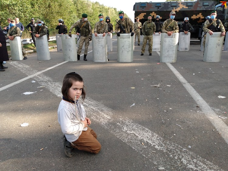 Еврейская девочка сидит у черты, за которой начинается Украина