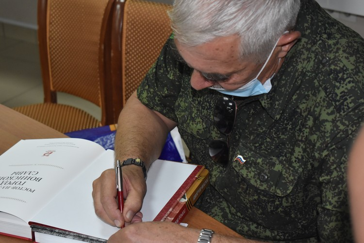 Автор книги подписал свое произведение и вручил участникам презентации.