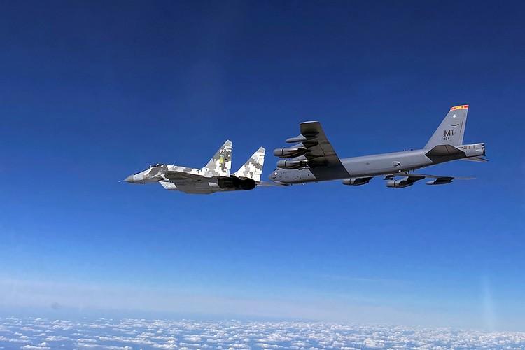 Полет американских бомбардировщиков над Украиной с отработкой ракетного удара по Крыму