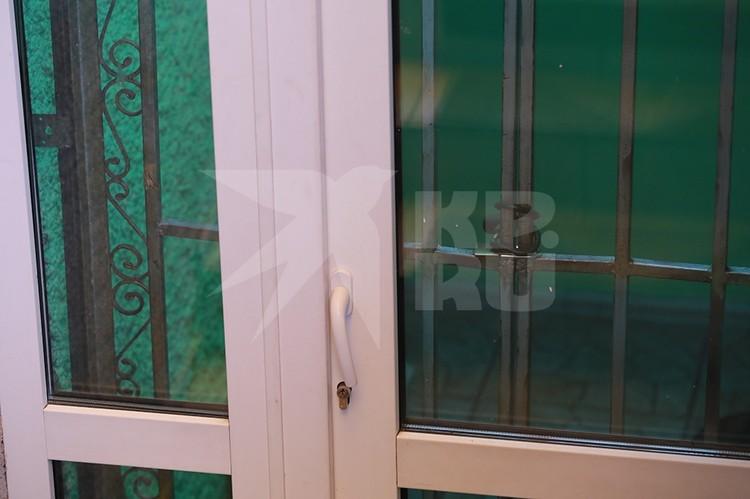 Через окно можно разглядеть обстановку в палатах