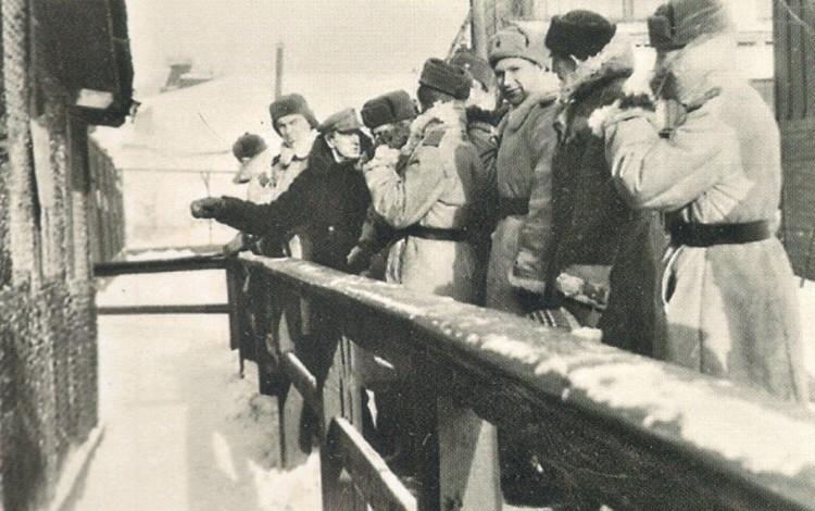 Экскурсия военнослужащих в 1960-х годах. Фото: Екатеринбургский зоопарк