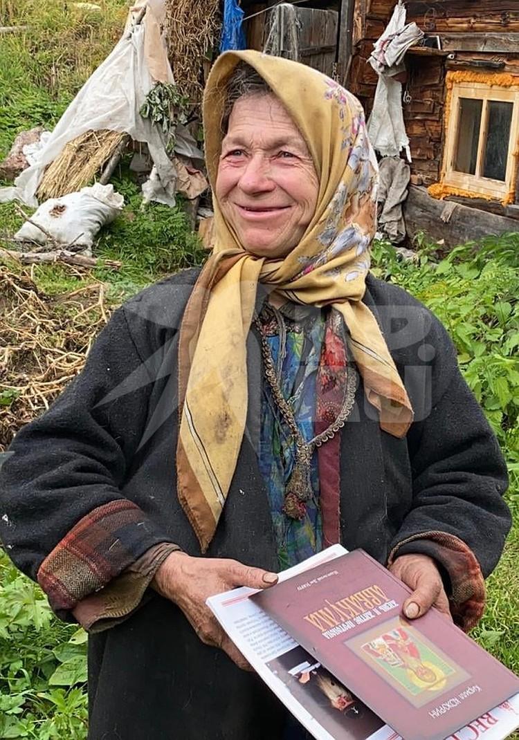 Агафье передали подарок от митрополита Корнилия. Фото: Виктор НЕПОМНЯЩИЙ