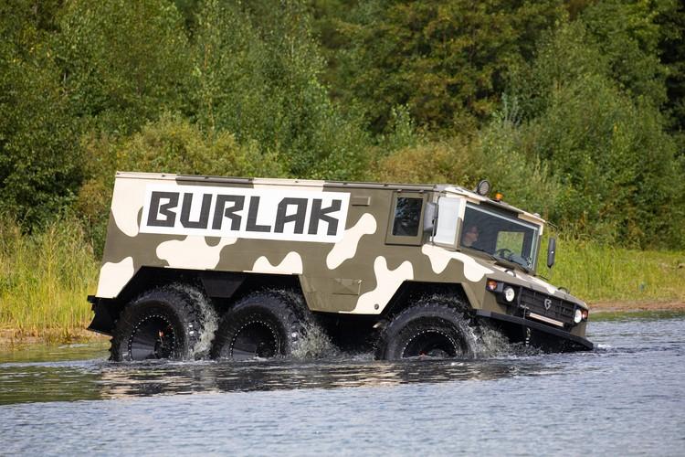 Автомобиль «гребет» по воде огромными колесами. Фото: Алексей Китаев