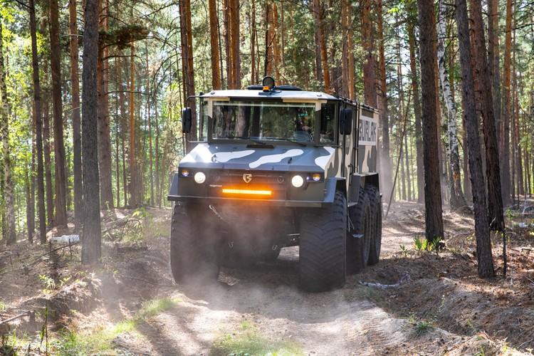 В зауральских лесах протестировали способности вездехода лавировать между деревьями. Фото: Алексей Китаев