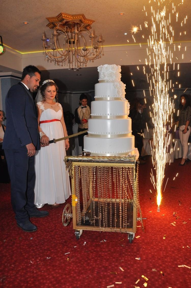 10-ярусный свадебный торт оказался ненастоящим