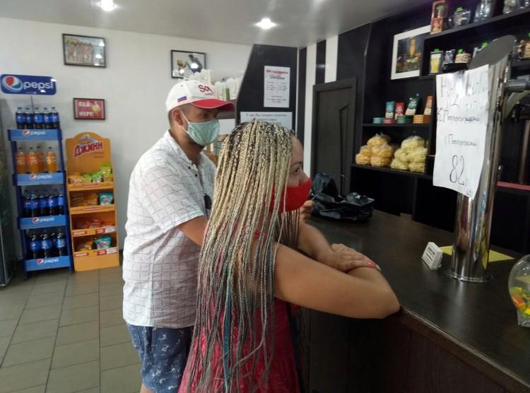Марина и Алексей в одном из пивных магазинов.