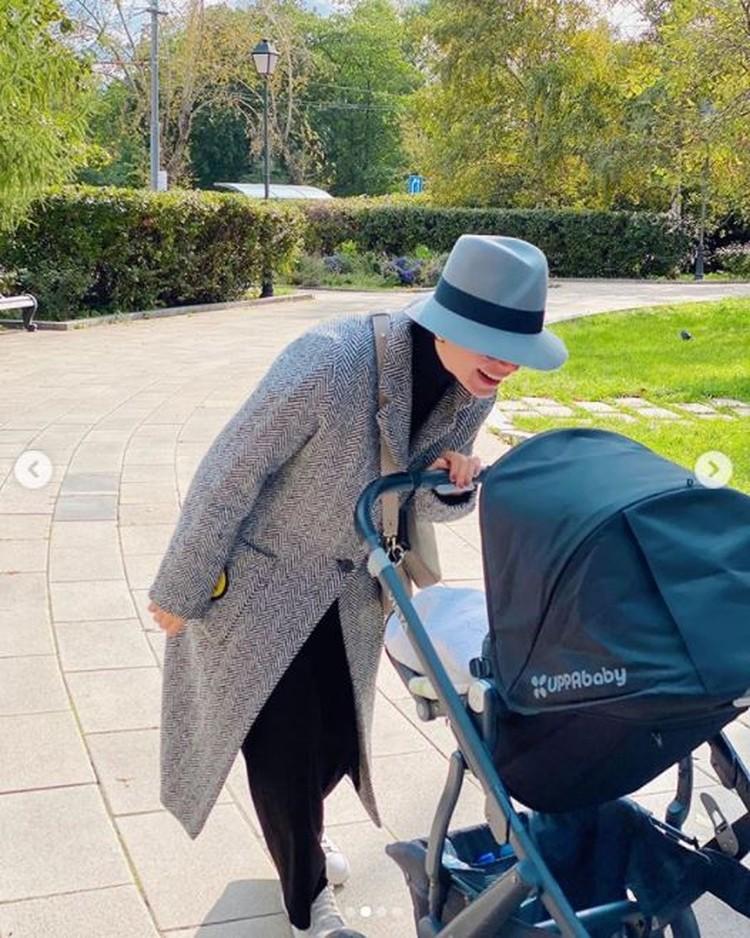 Татьяна гуляет с сыном в парке Новодевичьего монастыря. Фото: Инстаграм.