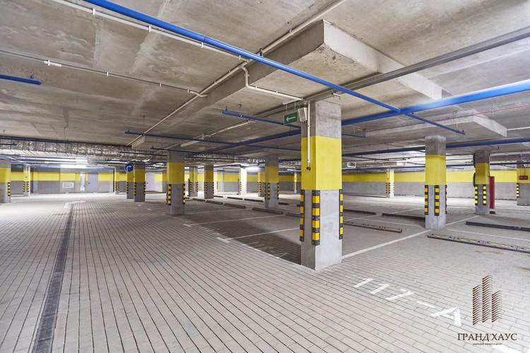 Паркинг имеет распределенные потоки въезда и выезда, чтобы избежать заторов и очередей.