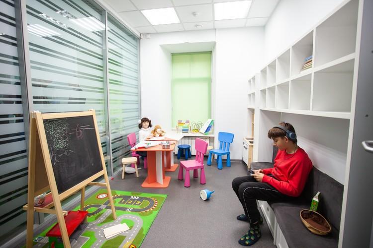 В центре есть детская комната, так что пока мама или папа решают вопросы, малышу будет, чем заняться