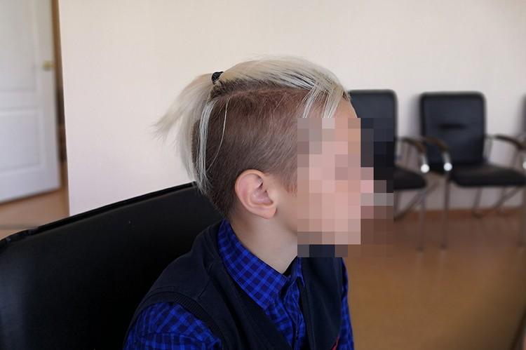 Теперь мальчик ходит в школе в кепке